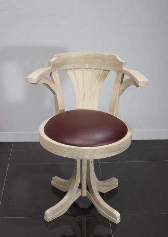 Fauteuil de bureau marc réalisé en chêne massif pivotant assise bordeaux finition chêne brossé blanchi