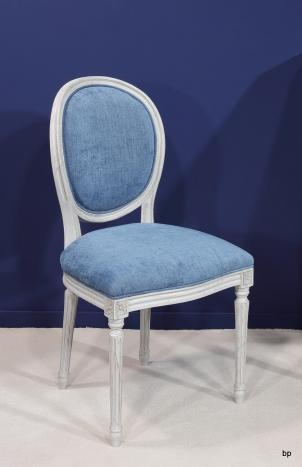 Chaise Simon réalisée en Chêne Massif de style Louis XVI Finition Brossé Gris Perle Patiné